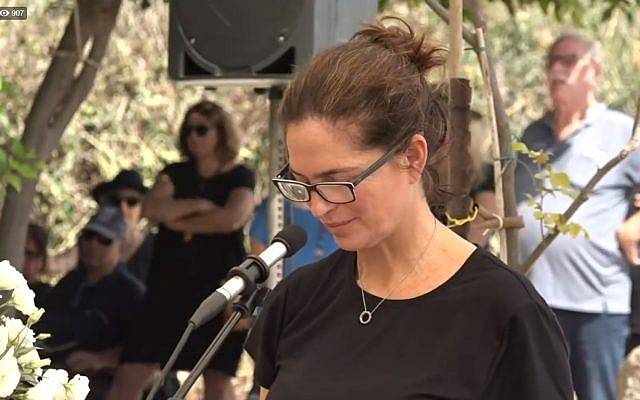 Iris Nesher, la mère d'Ari Nesher, tué dans un accident suivi d'un délit de fuite à Tel Aviv, s'exprime lors de ses funérailles, le 30 septembre 2018 (Capture d'écran : Facebook)