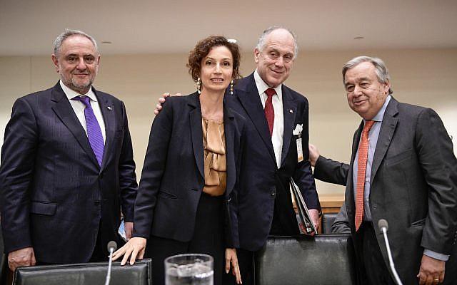 De gauche à droite : Le directeur du Congrès juif mondial et vice-président exécutif Robert Singer, Ula directrice générale de l'UNESCO  Audrey Azoulay, le président du Congrès juif mondial Ronald S. Lauder, et le secrétaire général des Nations unies Antonio Guterres., au centre (Crédit :  Shahar Azran).