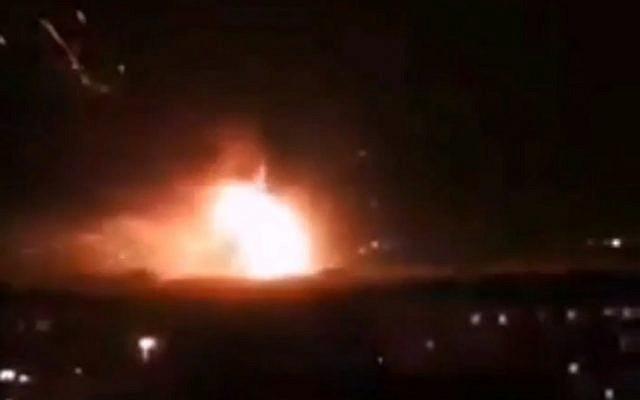 Une attaque au missile rapportée sur la base aérienne de Mazzeh en Syrie, le 2 septembre 2018 (Capture d'écran : Twitter)