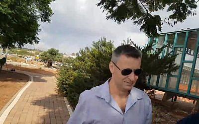 L'ancien ministre du Tourisme Stas Misezhnikov libéré de la prison de Hermon après avoir passé presque neuf mois derrière les barreaux pour fraude et abus de confiance, le 9 septembre 2018 (Capture d'écran :  Ynet news)