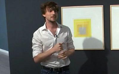 Oran Hoffman au musée d'art de Tel Aviv (Crédit: capture d'écran tel Aviv Museum of Art/Vimeo)