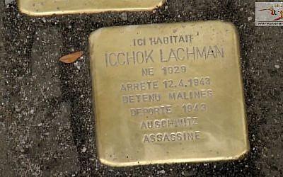Deux pavés de la mémoire posés en 2014 à Bruxelles en mémoire de Belges juifs déportés (Crédit: capture d'écran: Warveterans.be/Youtube)