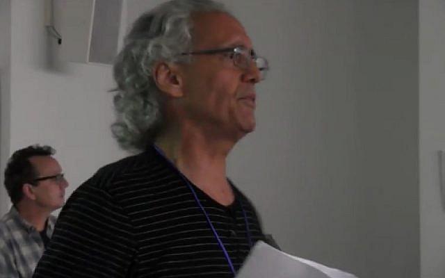 """Franck Romano, lors d'une conférence donnée en 2017, intitulée """"Radicalize the Streets for Peace in Israel & Palestine"""" (Crédit: capture d'écran Youtube/Franck Romano)"""