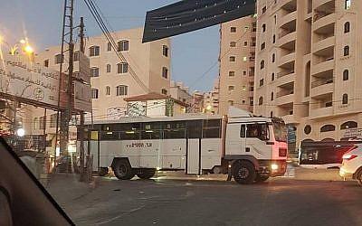 Un bus militaire israélien après son entrée accidentelle dans le camp de Qalandiya en Cisjordanie, dans le nord de Jérusalem, le 16 septembre 2018 (Crédit : Twitter)
