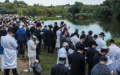 Photo d'illustration : Les pèlerins hassidiques prient à proximité du site d'inhumation du rabbin Nachman de Bratslav à Ouman, en Ukraine, le 14 septembre 2015 (Crédit :Brendan Hoffman/Getty Images)