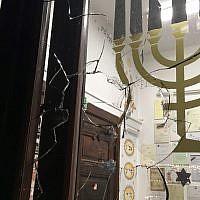 Une fenêtre cassée à la Nouvelle synagogue à  Gdansk, en Pologne, après qu'une pierre a été jetée pendant les prières de Yom Kippour le 20 septembre 2018 (Crédit :  GWŻ Gdańsk via Congrès juif mondial)