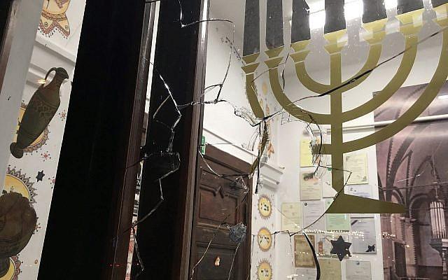 On peut apercevoir une vitre brisée à la Nouvelle Synagogue de Gdansk, en Pologne, après le jet d'une pierre lors de la prière du Yom Kippour le 20 septembre 2018. (GWŻ Gdańsk via le Congrès juif mondial)