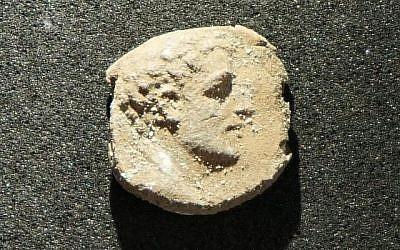 Le sceau en argile était utilisé pour sceller des documents. Il a été découvert en août 2018, dans les fouilles sur le site de Maresha. (Crédit : Asaf Stern)