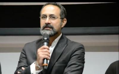 """Le réalisateur iranien Vahid Jalilvand, lors de la présentation de son film """"Cas de conscience"""" (""""Bédouné tarikh, bedouné emza"""") à la Mostra de Venise en 2017. (Capture d'écran YouTube)"""