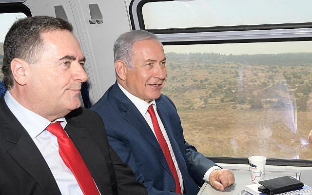 Le Premier ministre Benjamin Netanyahu (à droite) et le ministre des Transports et de l'Information Yisrael Katz inaugurent le train à grande vitesse entre Jérusalem et l'aéroport Ben Gurion le 20 septembre 2018. (Amos Ben-Gershom / GPO)