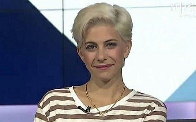 Dafna Lustig, présentatrice de télévision qui a annoncé avoir été harcelée sexuellement il y a des années par un chef israélien connu (Crédit : Israeli Broadcasting Corporation/CC BY-SA 4.0)