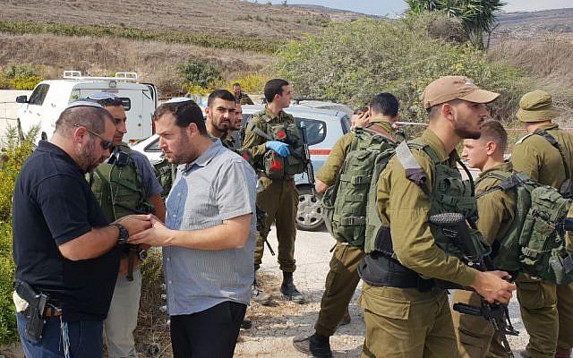 Yossi Dagan (3e à gauche), chef du Conseil régional de Samarie, sur les lieux d'une attaque au couteau dans le nord de la Cisjordanie, le 11 octobre 2018. (Roi Hadi)