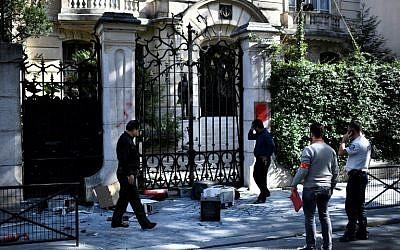 Des ordinateurs jonchent le trottoir devant l'ambassade d'Iran à Paris, le 14 septembre 2018. (Crédit : AFP / STEPHANE DE SAKUTIN)