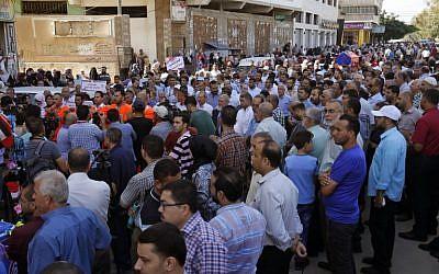 Des employés palestiniens de l'UNRWA participent à une manifestation contre les licenciements survenus à l'agence chargée d'aider les réfugiés palestiniens à Gaza City, le 19 septembre 2018 (Crédit :AFP / SAID KHATIB)