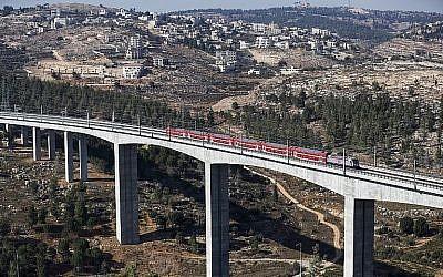 Une section de la ligne ferroviaire à grande vitesse Jérusalem-Tel Aviv à la périphérie de Jérusalem, le 25 septembre 2018. (Ahmad Gharabli/AFP)