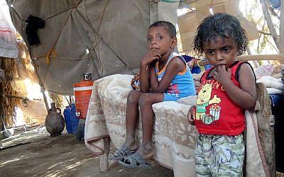 Imad, à gauche, et sa soeur Alia dans la tente familiale du camp d' al-Waara, dans le district de Khokha, à environ 30 kilomètres de la ville de Hays, le 1er octobre 2018 (Crédit  : / AFP PHOTO / NABIL HASSAN