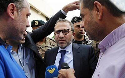 Le ministre des affaires étrangères du Liban Gibran Bassil s'adresse aux médias après avoir réuni 73 envoyés et journalistes étrangers à proximité de l'aéroport international au sud de Beyrouth, lors d'une visite des sites missiles secrets présumés aux environs de la capitale libanaise,  le1er octobre 2018 AFP PHOTO / ANWAR AMRO)