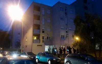 Les journalistes réunis aux abords d'une zone résidentielle de Creil, dans l'Oise, dans le nord de la France, où a eu lieu l'arrestation du fugitif  Redoine Faid, le 3 octobre 2018 (Crédit : / AFP PHOTO / Sarah BRETHES