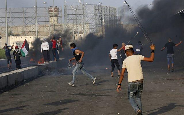 Des Palestiniens manifestent au poste frontière d'Erez avec Israël dans le nord de la bande de Gaza le 3 octobre 2018. (AFP/Said KHATIB)