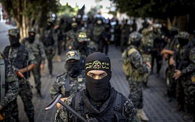 Les membres du groupe terroriste du Jihad islamique palestinien, parrainé par l'Iran, défilent pendant une parade militaire à Gaza City, le 4 octobre 2018 (Crédit : Anas Baba/AFP PHOTO)