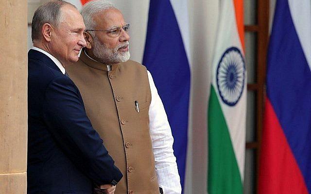 Le président russe Vladimir Putin et le Premier ministre indien Narendra Modi à New Delhi le 5 octobre 2018. (Crédt : AFP/Sputnik/Mikhail Klimentyev)