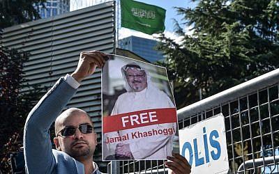 Un manifestant brandit une photo de Jamal Khashoggi, journaliste porté disparu, devant le consulat saoudien à Istanbul, le 5 octobre 2018. (Crédit : AFP/ OZAN KOSE)
