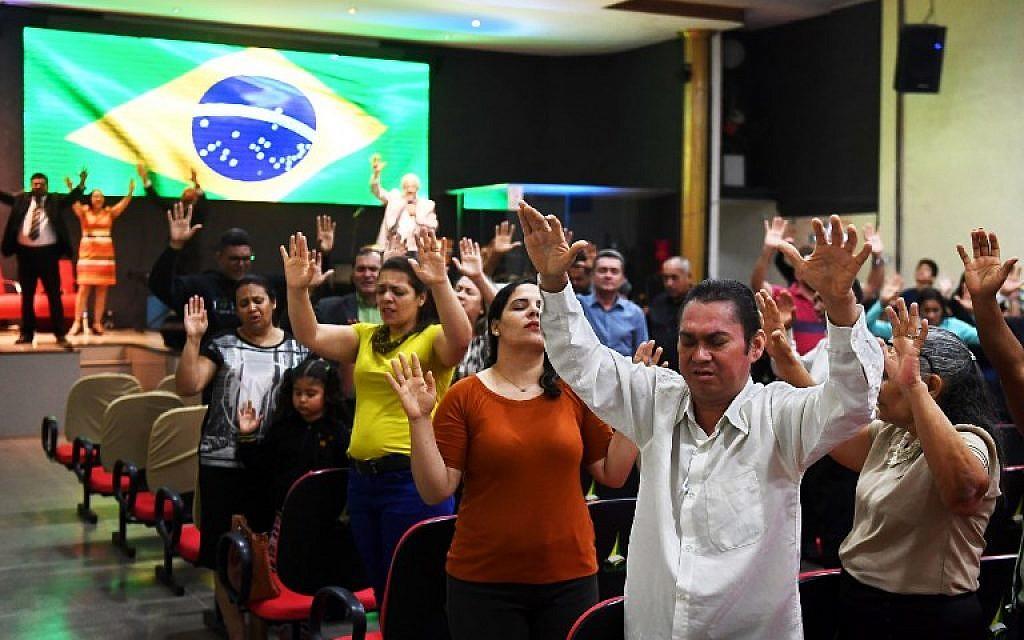 Photo prise le 21 septembre 2018, pendant une prière dans une église évangéliste pour la guérison de Jair Bolsnaro, candidat à la présidentielle brésilienne, poignardé pendant sa campagne, à Brasilia. (Crédit : AFP / EVARISTO SA)
