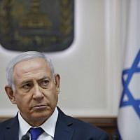 Le Premier ministre israélien Benjamin Netanyahu lors de la réunion hebdomadaire au bureau du Premier ministre à Jérusalem, le 7 octobre 2018 (Crédit :  / AFP PHOTO / POOL / ABIR SULTAN