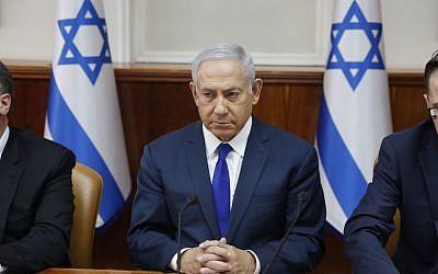 Le Premier ministre israélien Benjamin Netanyahu  lors de la rencontre hebdomadaire de cabinet au bureau du Premier ministre de Jérusalem, le 7 octobre 2018 (Crédit :  AFP / POOL / ABIR SULTAN)