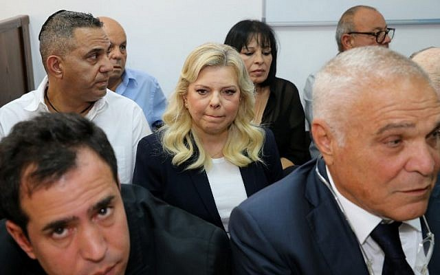 Sara Netanyahu, épouse du Premier ministre, arrive au tribunal de Jérusalem le 7 octobre 2018. (Crédit : AFP / Pool/Amit Shabi)