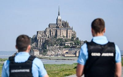 Des gendarmes bloquent l'accès au Mont Saint Michel, comme mesure de précaution après qu'un homme, probablement sujet à des troubles psychiatriques, a menacé de s'en prendre aux forces de l'ordre, le 22 avril 2018. (Crédit ! Damien MEYER / AFP)