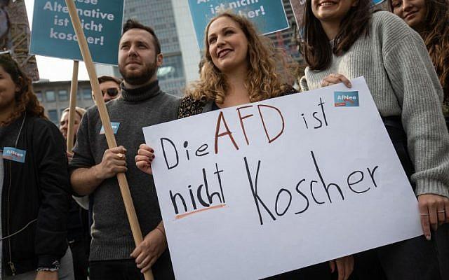 Des manifestants brandissent des affiches sur lesquelles il est écrit : « L'AfD n'est pas casher » dans le cadre d'un rassemblement organisé par le syndicat des étudiants juifs allemands JSUD, le 7 octobre 2018 à Francfort-sur-le-Main, dans l'ouest de l'Allemagne. (Crédit : AFP / dpa / Frank Rumpenhorst)