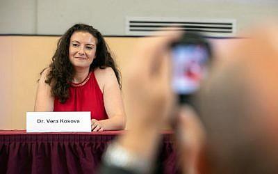 Vera Kosova sourit après avoir été élue présidente d'un nouveau groupe juif au sein du parti d'extrême droite AfD en Allemagne lors de la cérémonie de création du groupe le 7 octobre 2018 à Wiesbaden, dans l'ouest de l'Allemagne. (Crédit : AFP / dpa / Frank Rumpenhorst)