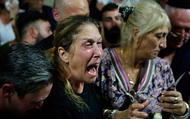 Sa mère, Hava, des proches et des amis lors des funérailles de Kim Levengrond Yehezkel, 28 ans, l'une des deux victimes d'un attentat terroriste survenu dans la matinée du 7 octobre 2018, à Rosh Haayin. (Crédit : AFP PHOTO / Gil COHEN-MAGEN)