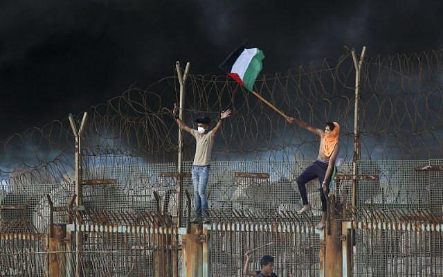 Des Palestiniens durant une manifestation sur la plage près de la frontière maritime avec la bande de Gaza et Israël, le 8 octobre 2018 (Crédit : Said KHATIB / AFP)