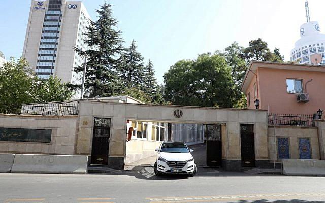 Une voiture diplomatique quitte l'ambassade d'Iran, à Ankara, après une alerte à la bombe, le 15 octobre 2018. (Crédit : ADEM ALTAN / AFP)