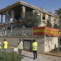 Une maison a été détruite après avoir été frappée par une roquette palestinienne tirée depuis la bande de Gaza dirigée par le Hamas, l'un des premiers tirs ces dernières semaines depuis Gaza, sur Beer Sheva, dans le centre d'Israël, le 17 octobre 2018. (Crédit : Jack GUEZ / AFP)