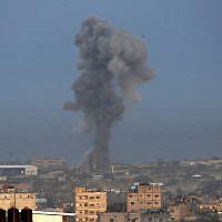 De la fumée s'élève après une frappe aérienne dans le sud de la bande de Gaza, dans la ville de Rafah, le 17 octobre 2018 (Crédit : SAID KHATIB / AFP)