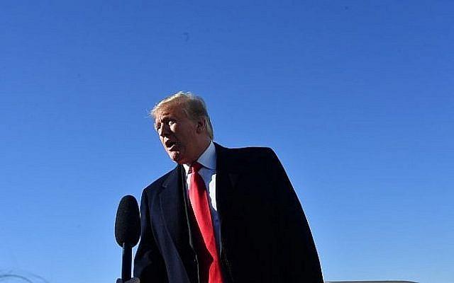 Le président américain donald Trump prononce un discours avant d'embarquer à bord d'Air Force One, à la base du Maryland. (Crédit : Nicholas Kamm / AFP)