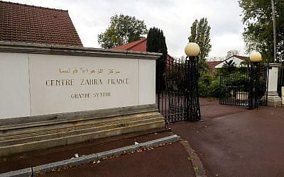 """L'entrée du """"Centre Zahra France"""" après une vasste opération de police dans le cadre de la lutte anti-terrroriste, à Grande-Sytnhe, dans le nord de la France. (Crédit : Philippe HUGUEN / AFP)"""