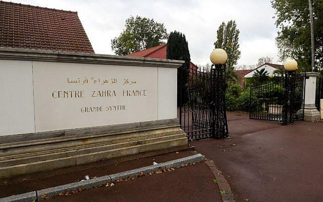 """L'entrée du """"Centre Zahra France"""" après une vaste opération de police dans le cadre de la lutte anti-terrroriste, à Grande-Sytnhe, dans le nord de la France. (Crédit : Philippe HUGUEN / AFP)"""