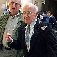 Robert Faurisson (d.) le septembre 2000 arrive au Palais de justice de Paris accusé e contestation de crime contre l'humanité (Photo by JACK GUEZ / AFP)