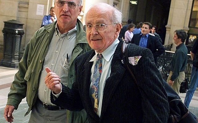 Robert Faurisson (d.) en septembre 2000 arrive au Palais de justice de Paris accusé de contestation de crime contre l'humanité (Crédit : JACK GUEZ/AFP)
