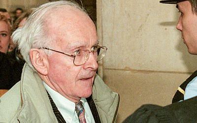 Ce 27 février 1998, le négationniste Robert Faurisson arrive au tribunal de Paris pour témoigner en faveur de Roger Garaudy, autre négationniste, décédé en 2012. (Crédit: MICHEL GANGNE / AFP)