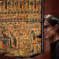 """Un homme observe les hiéroglyphes à l'exposition """"Servir les dieux d'Egypte, au musée de Grenoble, le 23 octobre 2018. (Crédit : JEAN-PIERRE CLATOT / AFP)"""