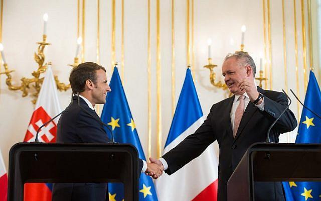 Le président slovaque Andrej Kiska (droite) et son homologue français Emmanuel Macron à Bratislava, le 26 ocotobre 2018. (Crédit : VLADIMIR SIMICEK / AFP)