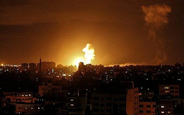 Une photo prise le 27 octobre 2018 montre une explosion causée par une frappe aérienne israélienne à Gaza City. (Crédit : Mahmud Hams / AFP)