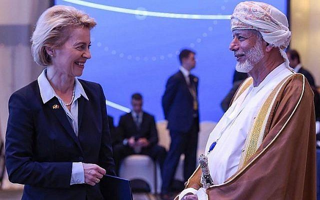 La ministre allemande de la Défense, Ursula von der Leyen, s'entretient avec le ministre des Affaires étrangères d'Oman, Yusuf bin Alawi, lors du 14ème sommet de l'Institut international d'études stratégiques à Manama, dans la capitale bahreïnienne, Manama, le 27 octobre 2018. (Crédit : AFP)