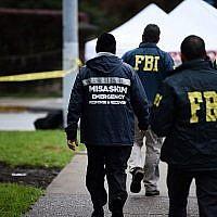Des agents du FBI et d'autres surveillent les abords de la synagogue Tree of Life dans le quartier Squirrel Hill de Pittsburgh après une fusillade qui a fait onze morts, le 28 octobre 2018 (Crédit : Brendan SMIALOWSKI / AFP)
