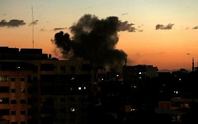 Photo prise le 27 octobre, après une frappe israélienne à Gaza. (Crédit :  MAHMUD HAMS / AFP)